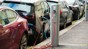 许多电车由在停车场的充电站充电 影视素材