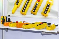 许多电遥控推力或起重机的类型控制方向在上下和运动的在工业工作 库存图片