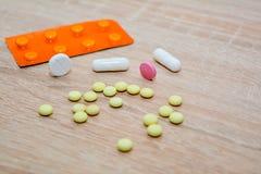 许多疗程是书桌-片剂,胶囊,水泡 医学 免版税库存照片