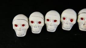 许多白色巧克力糖全景在最基本的头骨形状的 影视素材