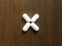 许多白色椭圆形医学片剂 免版税图库摄影