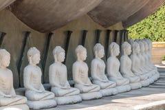 许多白色菩萨雕象在塔附近坐 图库摄影