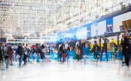 许多的多重曝光图象在滑铁卢火车站的人走的和等待的搭乘 库存图片