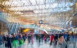 许多的多重曝光图象在滑铁卢火车站的人走的和等待的搭乘 免版税库存图片