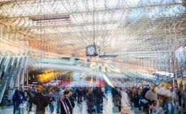 许多的多重曝光图象在滑铁卢火车站的人走的和等待的搭乘 免版税库存照片