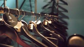 许多的挂衣架木的标尺 在空的衣橱,特写镜头的晒衣架 影视素材