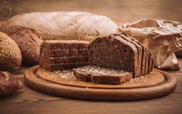 许多的照片混合了在土气木桌上的被烘烤的面包 库存照片