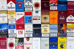 许多盒不同的香烟拍摄了与顶视图舱内甲板2017年3月25日的位置构成在布拉格,捷克共和国 免版税图库摄影