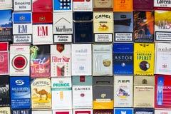 许多盒不同的香烟拍摄了与顶视图舱内甲板2017年3月25日的位置构成在布拉格,捷克共和国 免版税库存照片