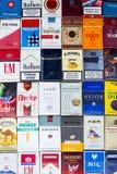 许多盒不同的香烟拍摄了与顶视图舱内甲板2017年3月25日的位置构成在布拉格,捷克共和国 库存图片