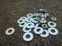 许多硬件在地面上在建造场所 免版税库存照片