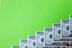 许多票据100美元,我们钞票,与金钱现金货币特写镜头,总统` s面孔的绿色背景 免版税库存照片
