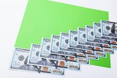 许多票据100美元,我们钞票,与金钱现金货币特写镜头,总统` s面孔的绿色背景 免版税库存图片