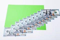 许多票据100美元,我们钞票,与金钱现金货币特写镜头,总统` s面孔的绿色背景 库存照片
