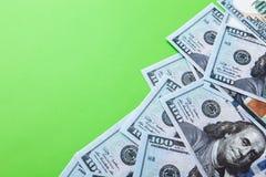 许多票据100美元,我们钞票,与金钱现金货币特写镜头,总统` s面孔的绿色背景 库存图片