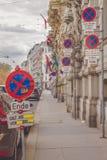 许多禁止停车标志在彼此附近安置了 免版税库存照片