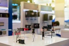 许多种类准确性微型传感器为查出在管的材料在桌上的工业工作的 库存图片