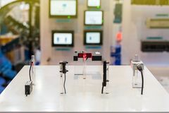 许多种类准确性微型传感器为查出在管的材料在桌上的工业工作的 免版税图库摄影