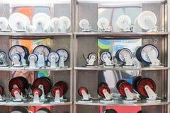 许多种类和大小五颜六色工业存贮的铸工轮子在架子 免版税图库摄影
