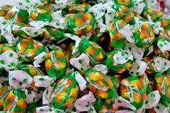 许多糖果以绿色和黄色封皮 免版税图库摄影