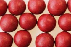许多红色球形的药片宏观照片  从草本复合体的西藏民间医学 免版税库存照片