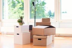 许多纸板箱在明亮的房子里在拆迁时 免版税库存图片
