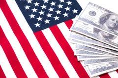 许多美元,金钱美国和美国国旗在背景  免版税图库摄影