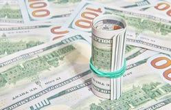 许多美国一百元钞票在卷包装了 图库摄影