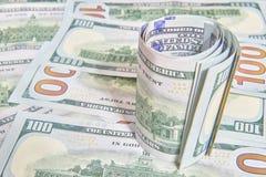 许多美国一百元钞票在卷包装了 库存图片