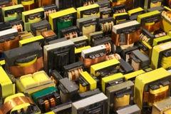 许多老使用的电子纯铁电源变压器 免版税库存图片