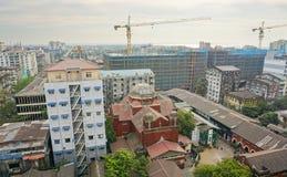许多老大厦在街市的仰光 库存图片