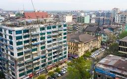 许多老大厦在街市的仰光 库存照片