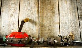 许多老工具(钻子,钳子和其他)在a 库存图片