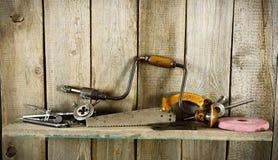 许多老工具(钻子,钳子和其他)在a 免版税图库摄影