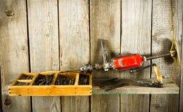 许多老工具(钻子,钳子和其他)在a 库存照片