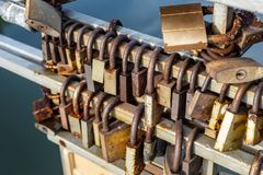 许多老生锈的金属锁在桥梁篱芭关闭了在河的 永远爱通过时间概念 免版税库存图片