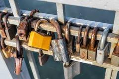 许多老生锈的金属锁在桥梁篱芭关闭了在河的 永远爱通过时间概念 库存照片