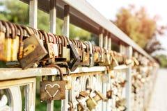 许多老生锈的金属锁在桥梁篱芭关闭了在河的 永远爱通过时间概念 免版税库存照片