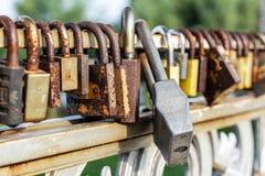 许多老生锈的金属锁在桥梁篱芭关闭了在河的 永远爱通过时间概念 免版税图库摄影