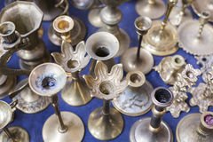 许多老银色蜡烛立场 免版税图库摄影