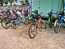 许多自行车在红土带土壤路停放 库存图片