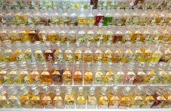 许多芬芳油瓶待售在主要市场,瓜拉卢姆上 免版税库存照片