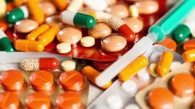 许多药片和胶囊在关闭英尺长度 股票视频