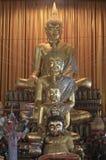 许多菩萨金黄在Wat Sakra 库存照片