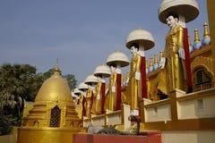 许多菩萨雕象在Shwedagon塔 库存照片