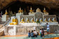 许多菩萨雕象坐,宗教雕刻 Hpa-An,缅甸 缅甸 免版税库存图片