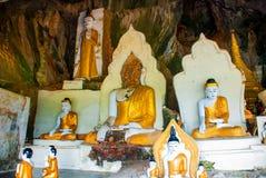 许多菩萨雕象坐,宗教雕刻 Hpa-An,缅甸 缅甸 免版税图库摄影