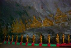 许多菩萨雕象坐,宗教雕刻 Hpa-An,缅甸 缅甸 图库摄影