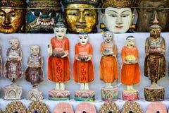 许多菩萨雕象待售在Bagan,缅甸 库存图片