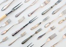 许多葡萄酒叉子-老利器,美丽的减速火箭的扁平的餐具- f 库存照片